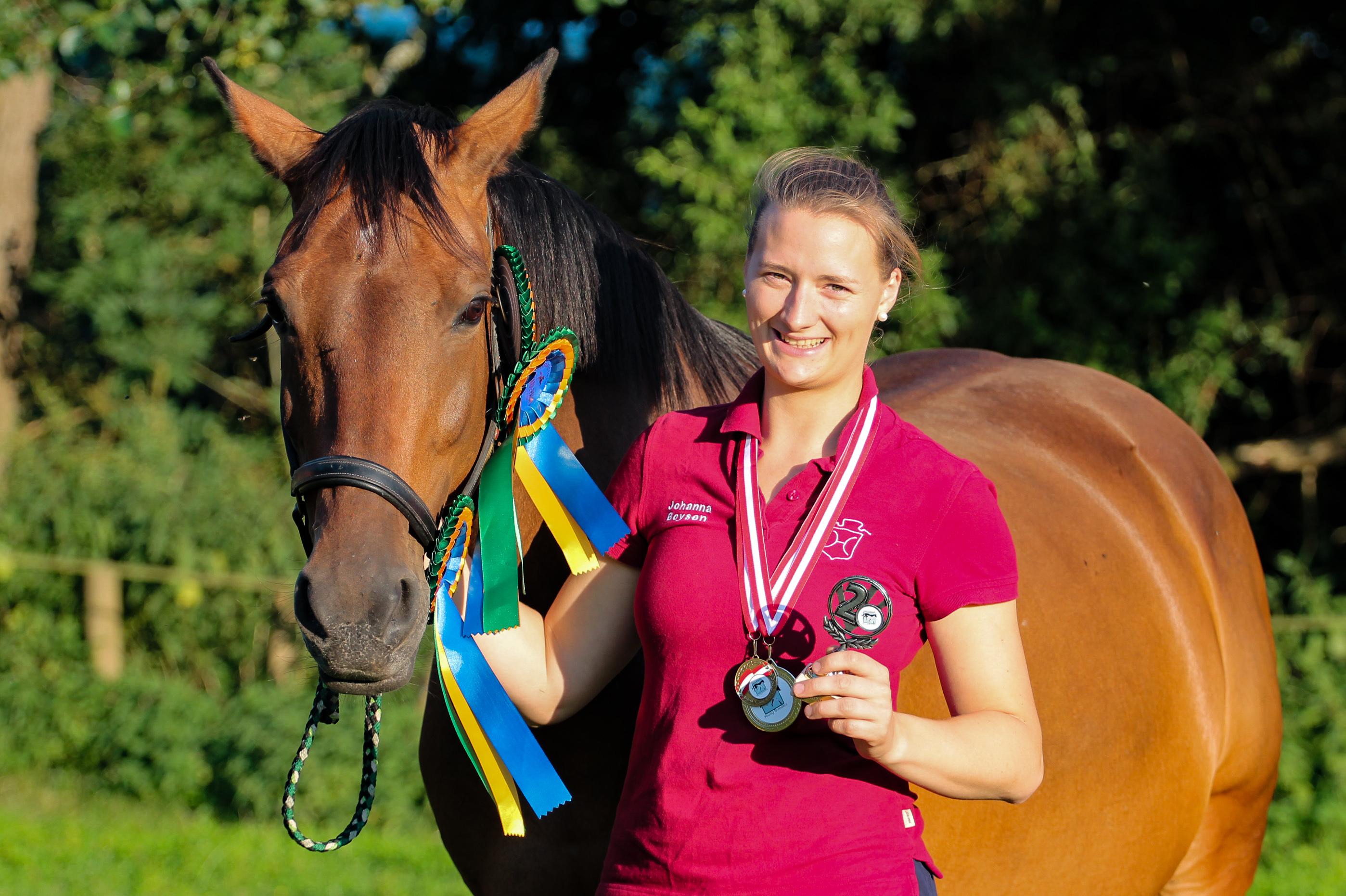 Johanna Boysen und ihre Holsteiner Stute Urte mit Schleifen, Medaillen und Pokal aus Stadl-Paura. Foto: Gottmann