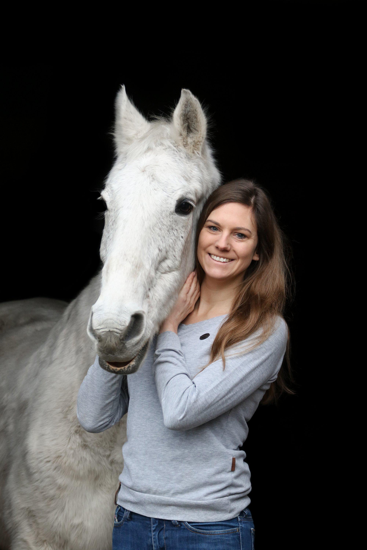 Tara Gottmann mit ihrem Pflegepferd Fee. Mit der 30-jährigen Anglo-Araber-Stute war sie von 2003 bis 2008 auf den Turnierplätzen Schleswig-Holsteins unterwegs. Foto: Mia Muerköster